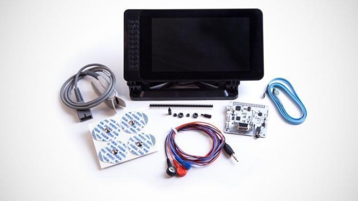 Ein schwarzer Touchscreen mit elektronischen Bauteilen und Kabeln