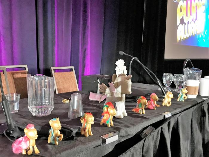 """Die an """"Mein kleines Pony"""" angelehnten Preise gehen an den Sieger einer der 14 Kategorien. Der große Hauptpreis fürs Lebenswerk ging an Felix """"FX"""" Lindner."""