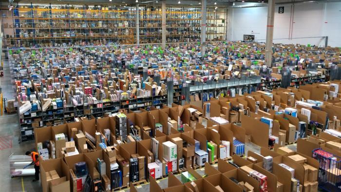 Große Halle mit vielen Schachteln