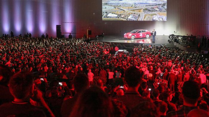 Tesla liefert erste Exemplare des Model 3 aus