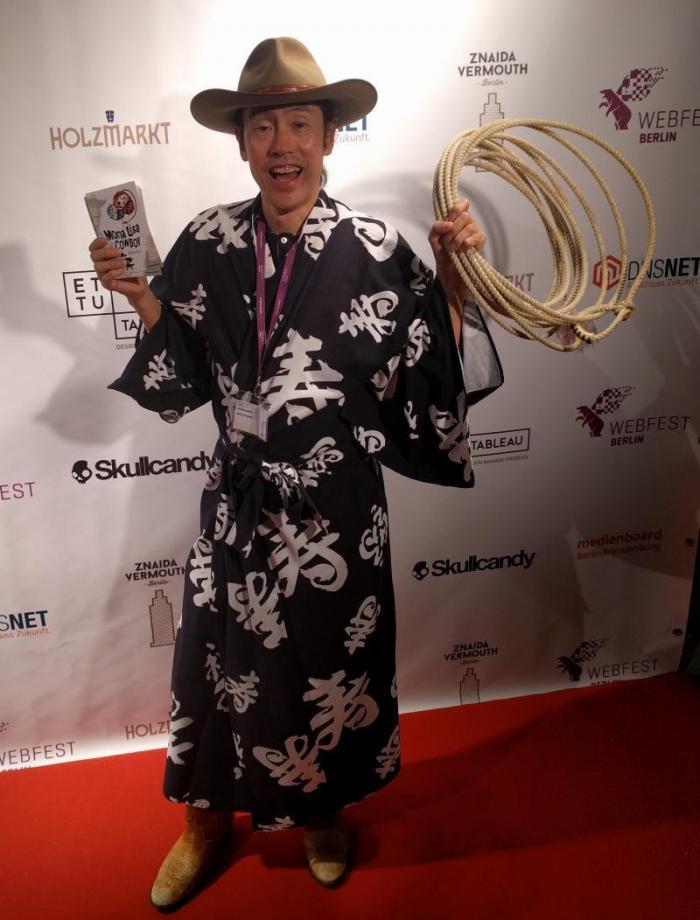 """Atsushi Ogata, alias Yukata Cowboy, zeigte auf dem Webfest als Premiere sein irgendwo zwischen John Wayne und """"Die fabelhafte Welt der Amelie"""" liegendes Liebesdrama """"Mona Lisa Cowboy""""."""