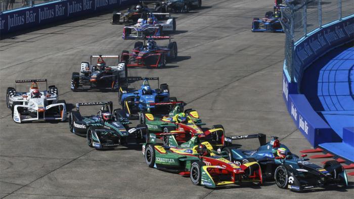 Mehrere Rennwagen in einer Kurve