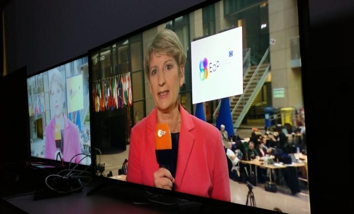 Samsung 43-Zoll--Fernseher (links) mit VA-Panel legte eine erschreckende Blickwinkelabhängigkeit an den Tag; rechts ein gleichgroßes TV mit IPS-Display..