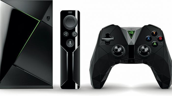 Nvidia Shield TV mit Fernbedienung und Gamecontroller.