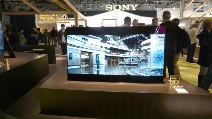 Sonys neuer OLED-Fernseher aus der AF8-Serie hat die Lautsprecher per Accoustic Surface im Disolay eingebaut.