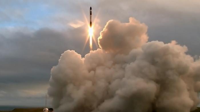 Rakete mit Feuerstrahl steigt aus riesigen Rauchwolken auf