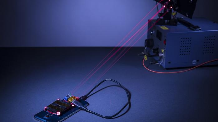 Laserstrahl lädt Smartphone-Akkus kabellos