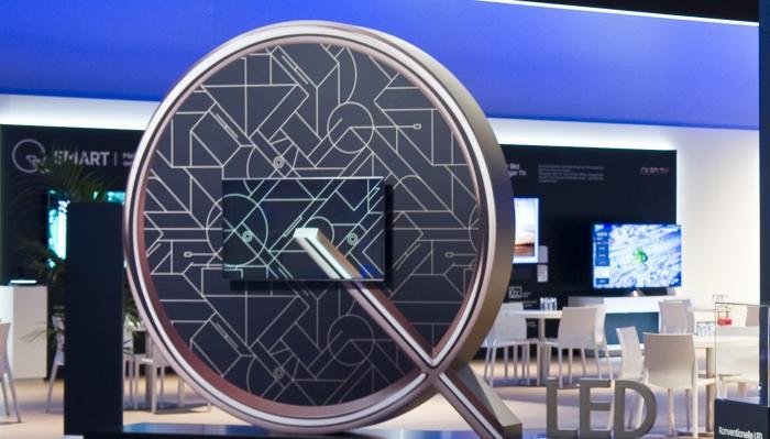 Psychedelisches Q mit Smart-TV: In der Mitte hängt ein Display mit Ambient-Modus, der das Exterieur ins BIld rückt.