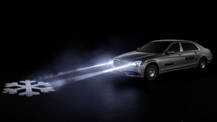 Daimlers digitaler Scheinwerfer wirft Symbole auf die Straße
