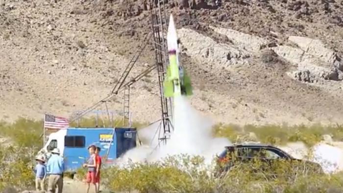 """""""Flache Erde"""": Mad Mike schießt sich mit selbgesbastelter Rakete 570 Meter hoch"""