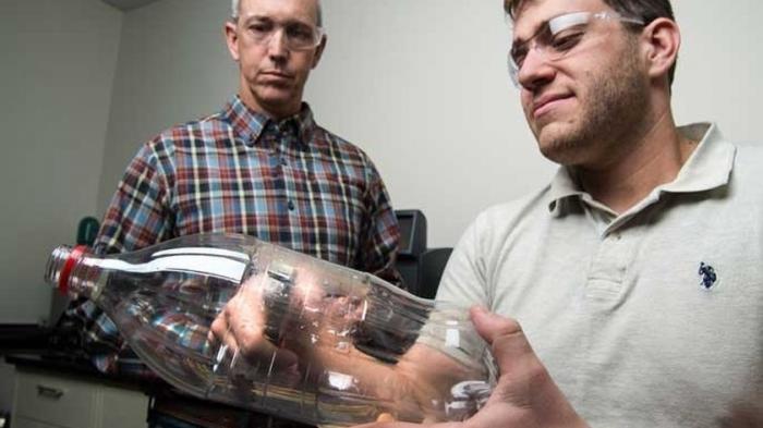 Verbessertes Bakterien-Enzym verdaut Plastikflaschen