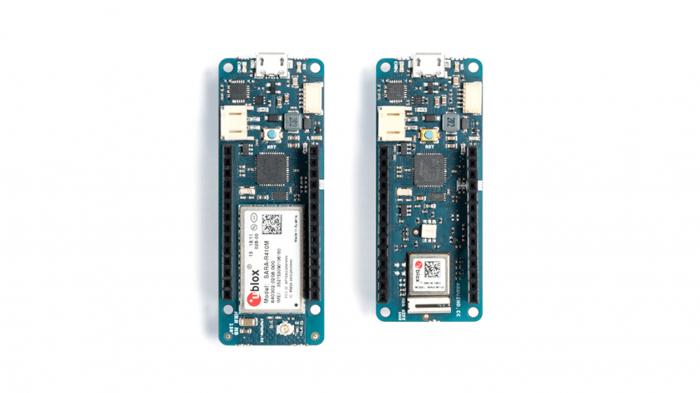 Zwei schmale grüne Boards von Arduino: MKR Wifi 1010 und MKR NB 1500