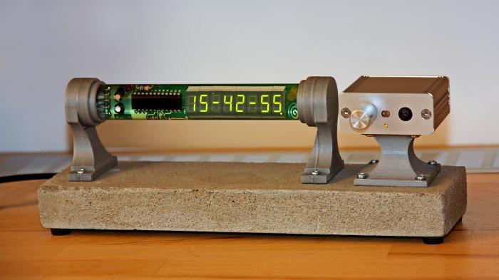 Octet-7: Selbstgebauter Funkwecker mit Sieben-Segment-Anzeigen im Glasrohr