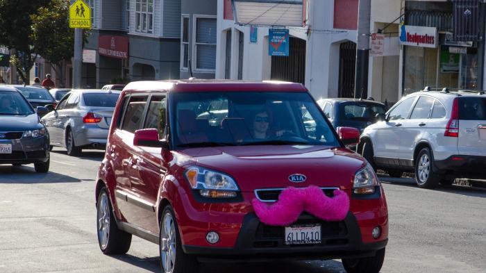"""Rotes Auto mit rosa """"Schnurrbart"""""""