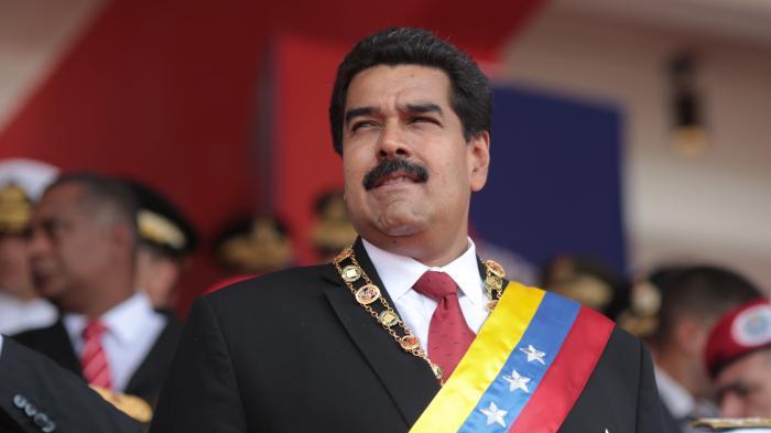 Maduro mit Schärpe in den Farben der Fahne Venezuelas