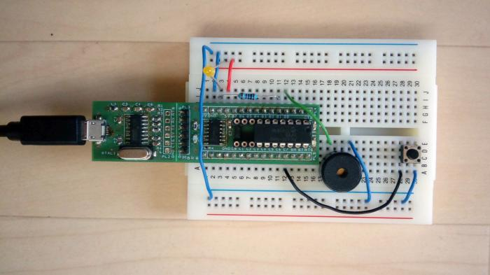 Steckbrett-Aufbau des 1. Adventssonntags mit Nano-Axe-Board, LED und Piezo-Summer.