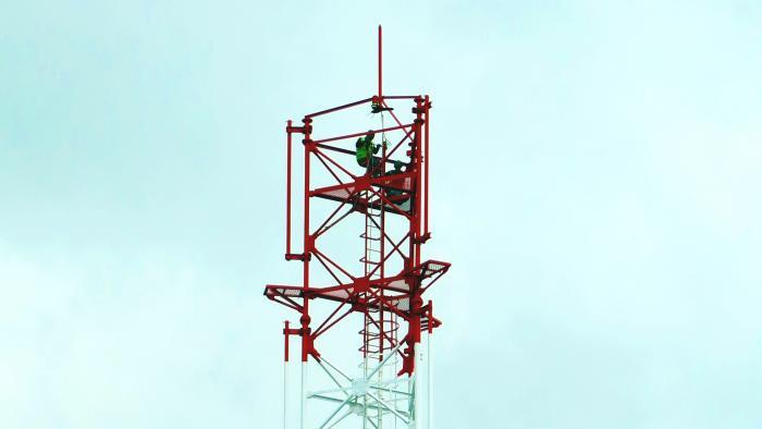 2 schwarze Arbeiter in der Spitze eines neuen Antennenturms