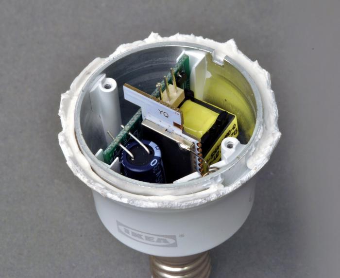 Aufgeschnittene Ikea-Tradfri-Birne mit der Elektronik sichtbar