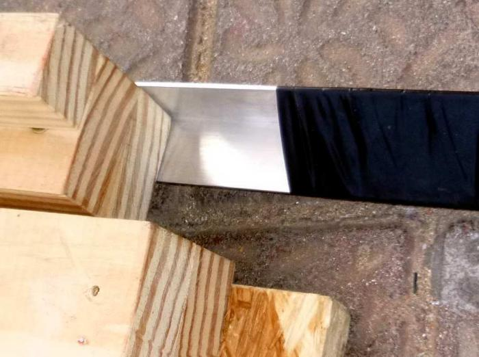Aluminiumprofil an Holz