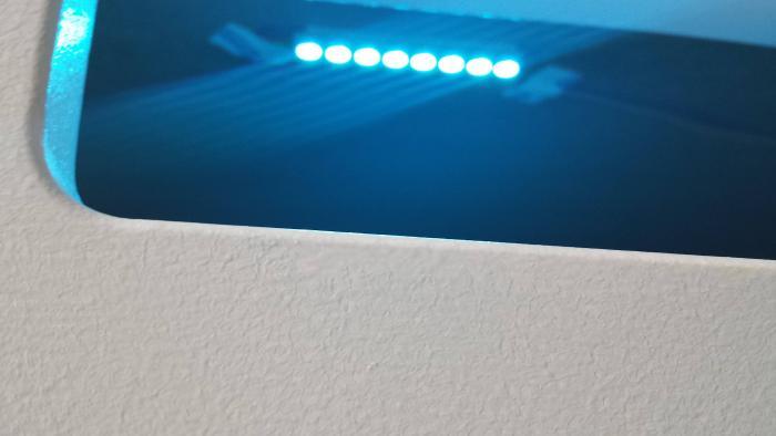 Ein türkis leuchtender LED-Streifen