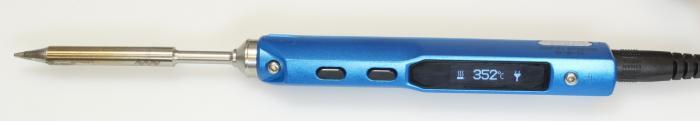Ein schmaler Lötkolben mit blauem Griff und darauf einer Digitalanzeige