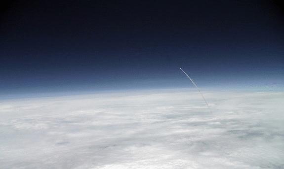 Space Shuttle Atlantis über den Wolken