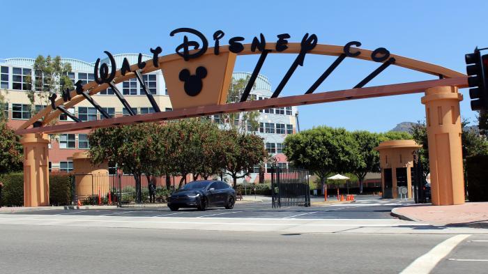 """Torbogen mit Aufschrift """"Walt Disney"""""""