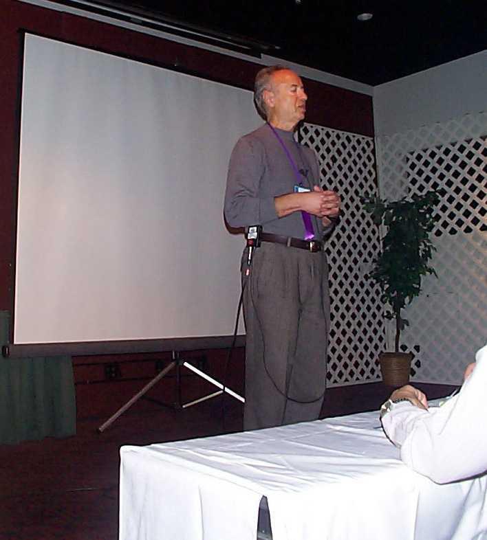Grove in kleiner Journalistenrunde auf dem IDF im Februar 2000
