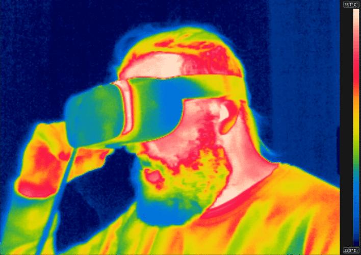 Das Infrarotkamera-Bild zeigt deutlich, wie mollig warm das im Daydream-Headset steckende Smartphone wird. Mehr als ein Schönheitsfehler ist das nicht, hitzebedingte Abstürze haben wir nicht festgestellt.