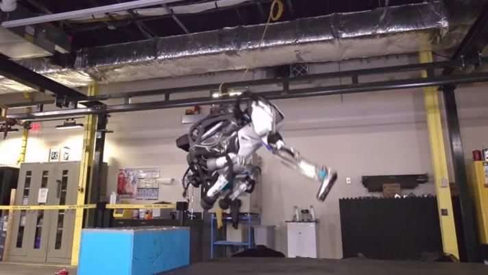 Humanoider Roboter Atlas macht Salto rückwärts
