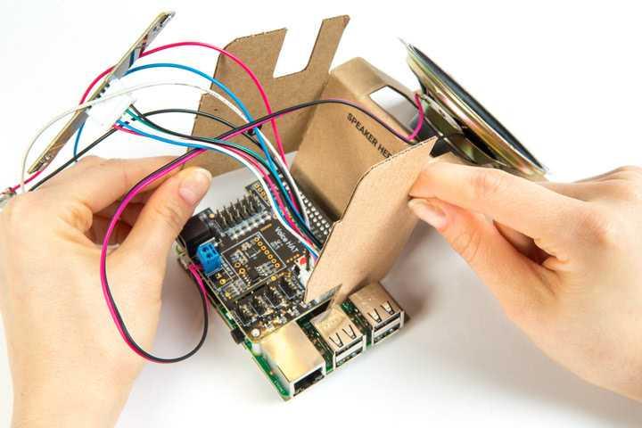 Zusammenbau der Pappschachtel und Einbau des Raspis mit dem Audio HAT für Googles AI