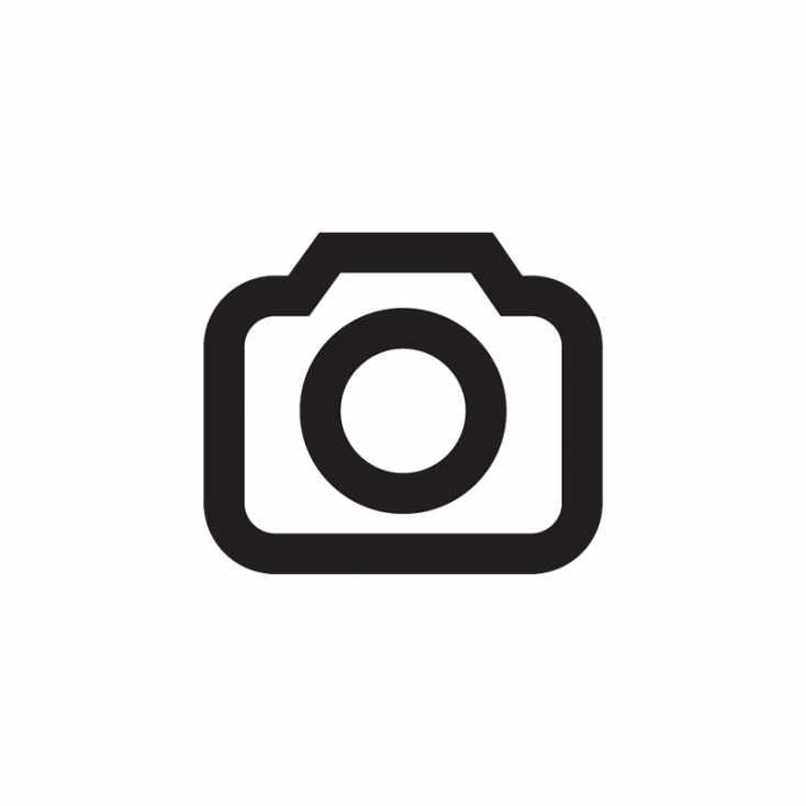 Was ist nur mit den niedlichen 50ern passiert? Neben dem EF 50mm f/1.4 USM wirkt das Sigma 50mm F1,4 DG HSM wie ein echter Riese. Auch beim Gewicht liegen Welten zwischen den lichtstarken 50ern: Während das Canon nur zarte 290 Gramm auf die Waage bringt, hängt das Sigma mit über 800 Gramm schwer am Bajonett.