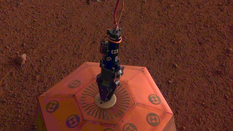 NASA-Sonde Insight platzoert Seismometer auf Marsboden