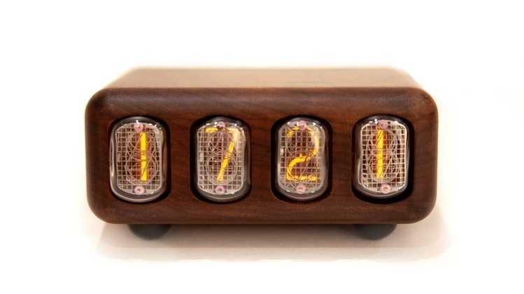 Eine Nixie-Uhr im Holzgehäuse.