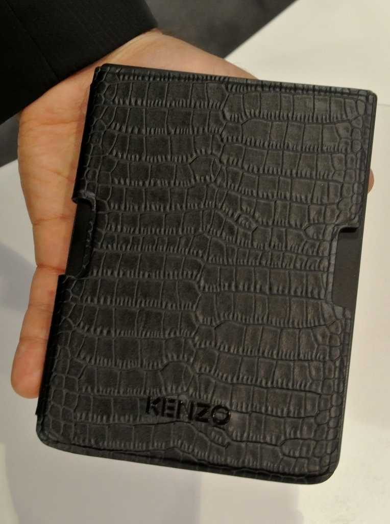 Das Pocketbook Sense wird mit einem Cover in Krokodilleder-Optik verkauft.
