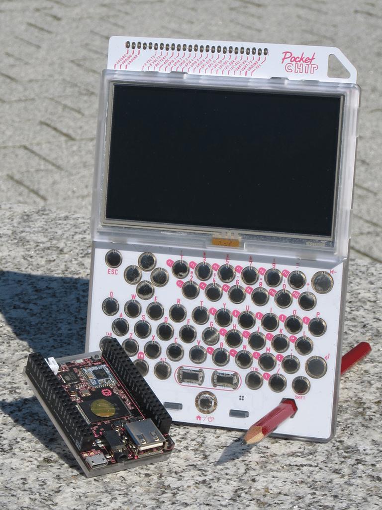 Der CHIP und seine tragbare Variante PocketCHIP (CHIP mit Gehäuse, Bildschirm, Tastatur und Akku).