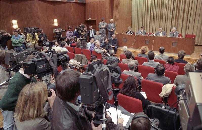 Bundesarchiv_Bild_183-1989-1109-030,_Berlin,_Schabowski_auf_Pressekonferenz.jpg:Thomas Lehmann