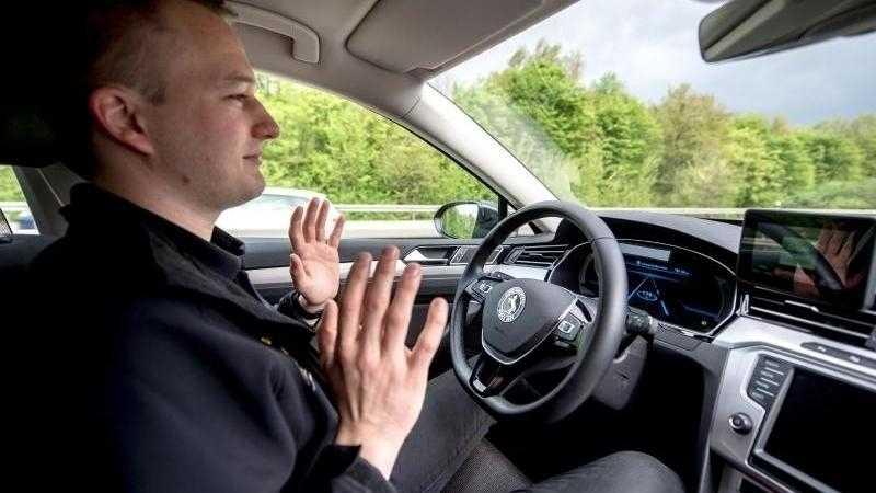 Testfahrer überwacht autonomen Betrieb