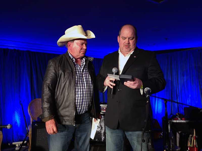 Shatner nahm die Auszeichnung im Cowboy-Outfit entgegen.