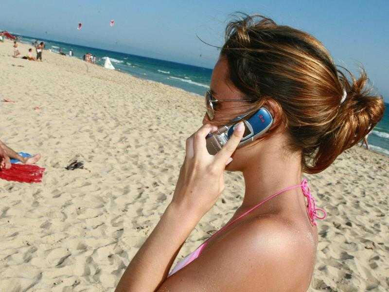 Telefonieren im Ausland soll dasselbe kosten wie zu Hause, lautet der Plan der EU. Das wird sich nun wohl verzögern.