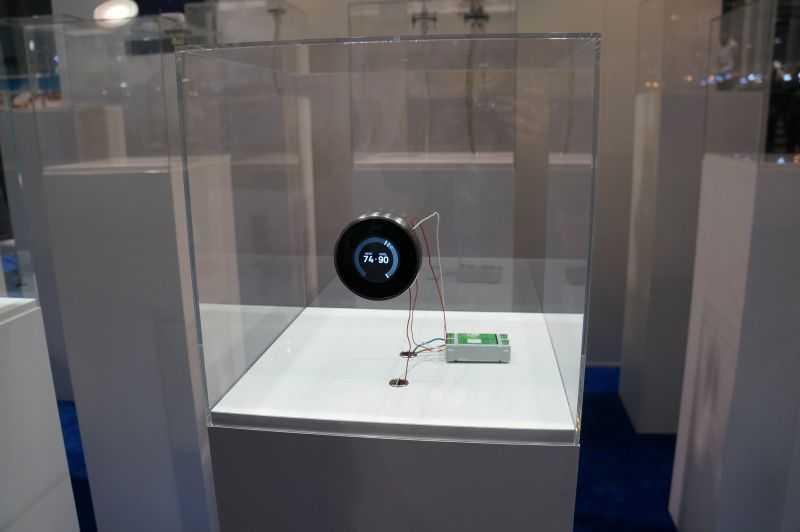 Nest-Thermostat in einem Aufbau am Stand des Unternehmens Digitalstrom.