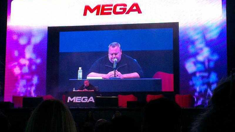 Kim Dotcom auf Mega-Videowall