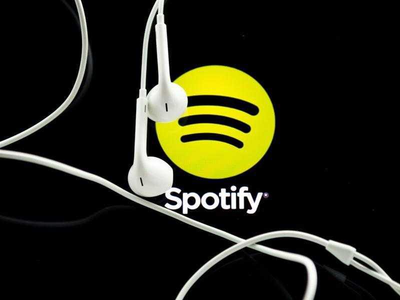 Kopfhörer vor Spotify-Logo