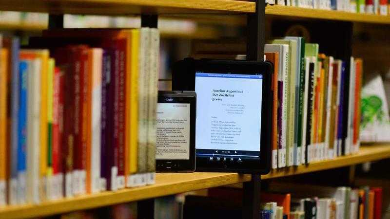 Bücherregal mit E-Books
