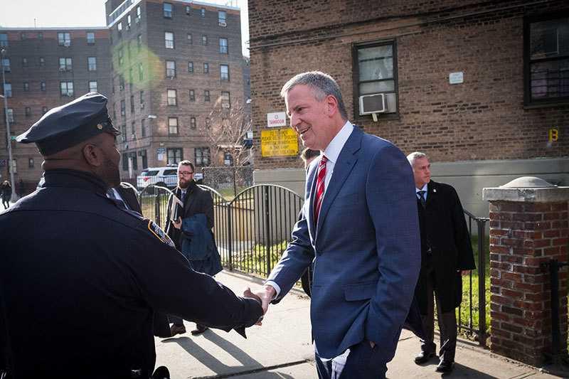 Bill de Blasio schüttelt einem Polizisten die Hand