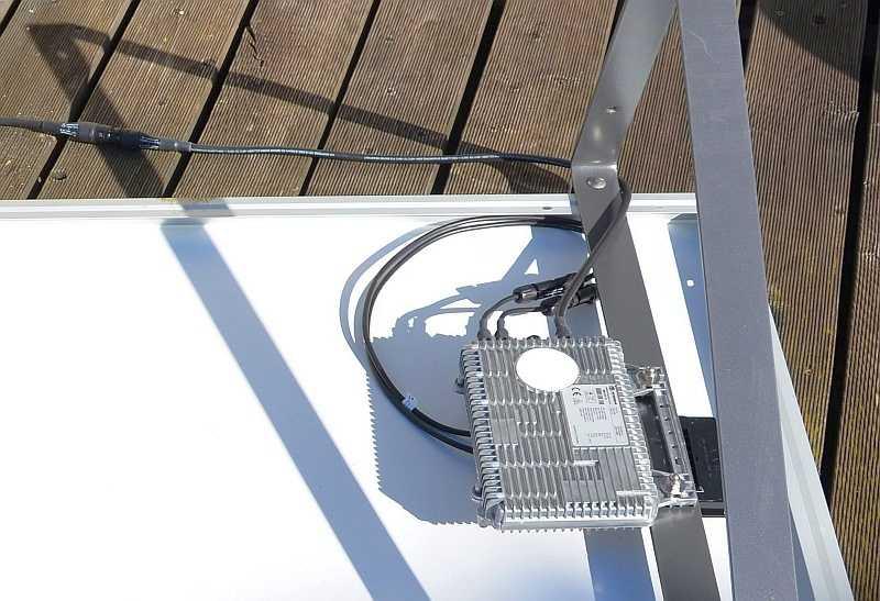 Mini-Wechselrichter hinter Solarpanel