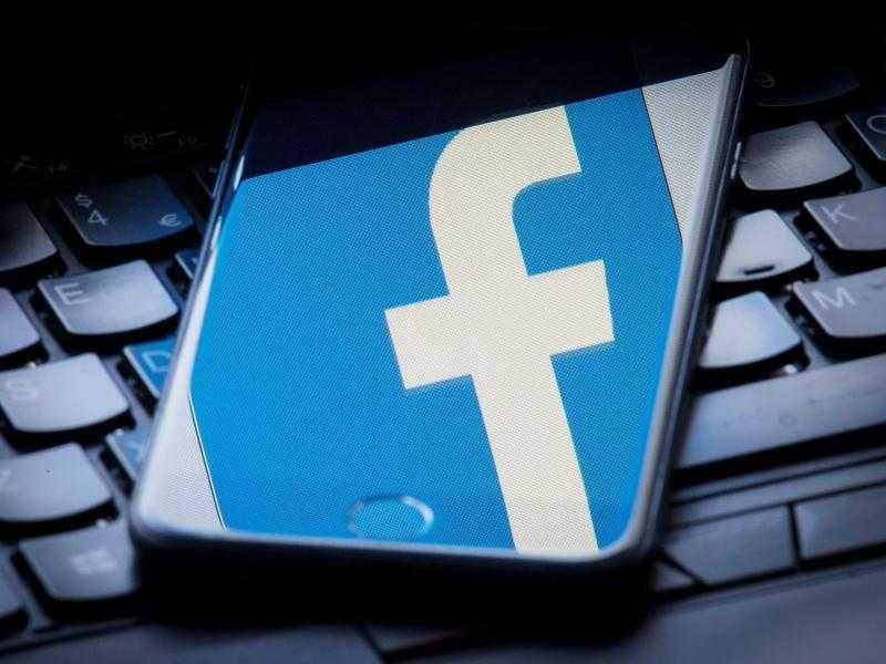 Facebook-Logo spiegelt sich in Handy-Bildschirm
