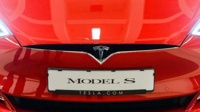 Front eines roten Tesla