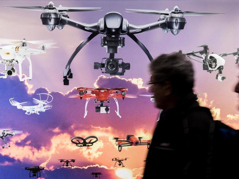 Drohnen, davor Messebesucher
