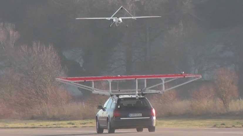 DLR: Autonomer Flieger landet auf fahrendem Pkw